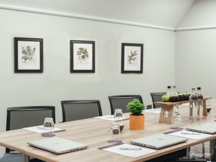 Bright Small Meeting Room for up to 10 people in Dorking Photo 3
