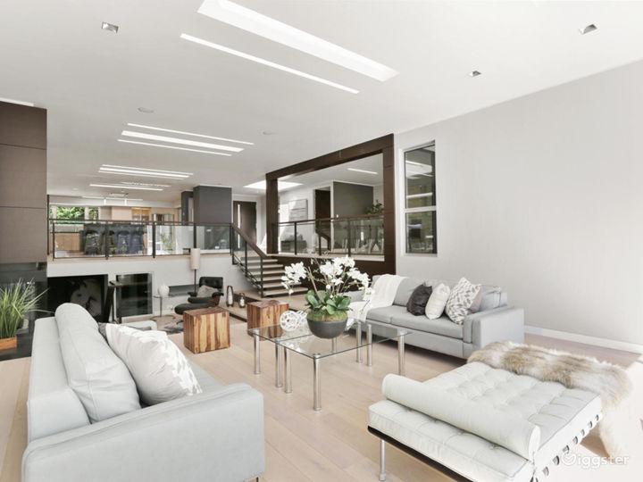 Contemporary suburban home w/pool: Location 5261 Photo 4