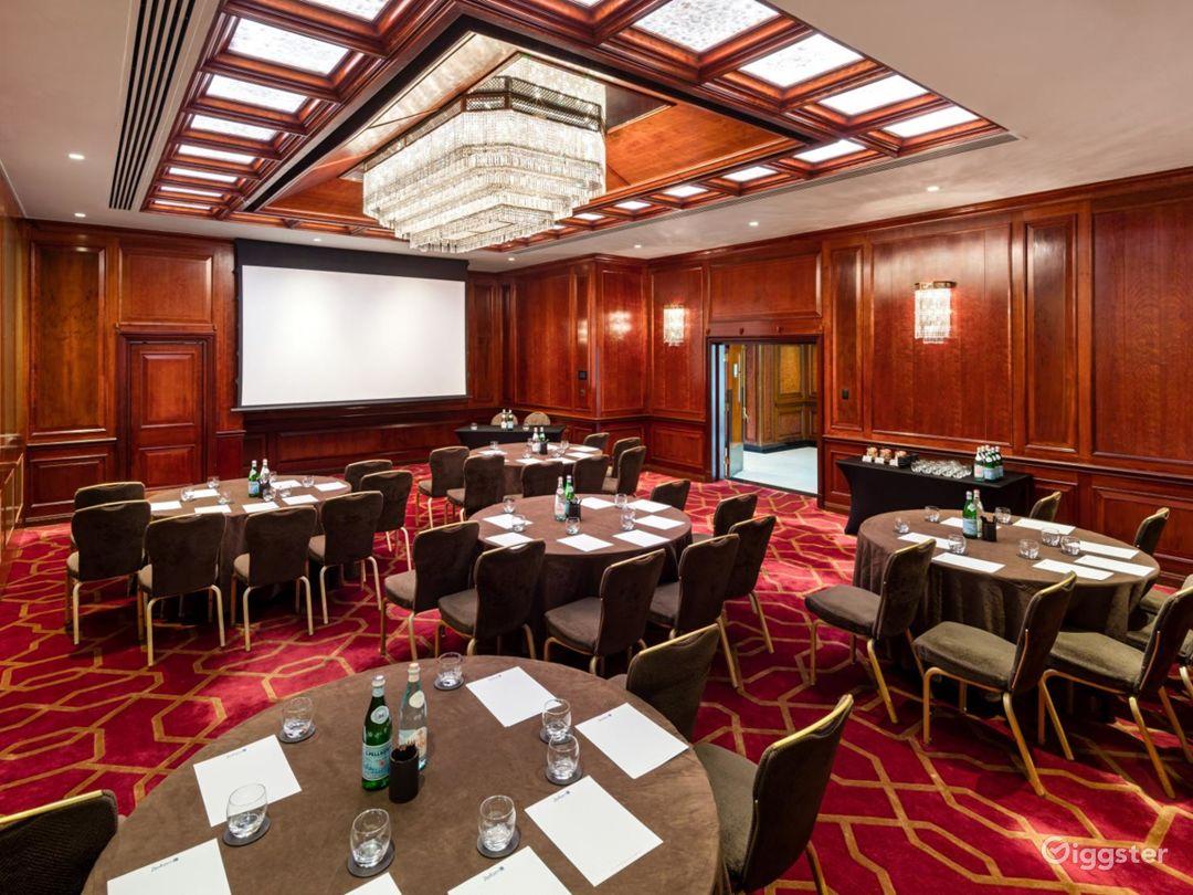 "Refined ""Royal D"" Meeting Room in London, Heathrow Photo 1"
