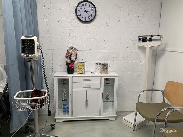 DOCTOR'S OFFICE / EXAMINATION ROOM / HOSPITAL / ER Photo 4
