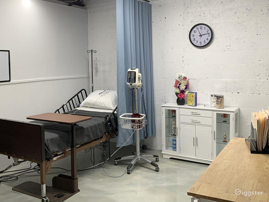 DOCTOR'S OFFICE / EXAMINATION ROOM / HOSPITAL / ER Photo 1