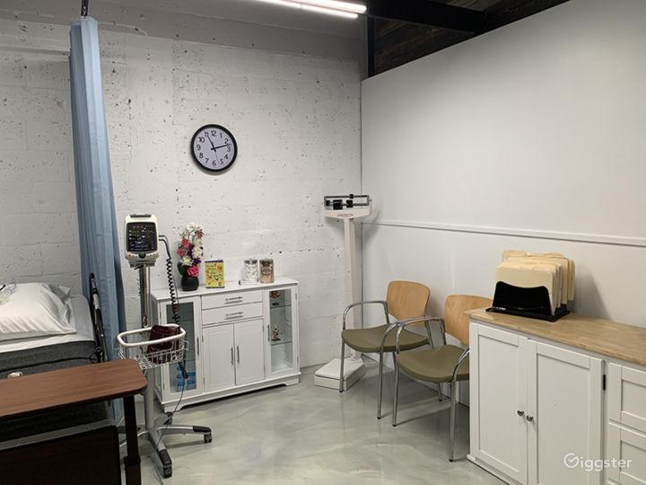 DOCTOR'S OFFICE / EXAMINATION ROOM / HOSPITAL / ER Photo 3