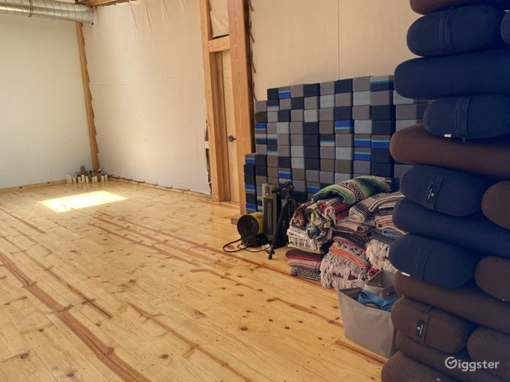 Dance studio, sprung, knotty pine floors Photo 2
