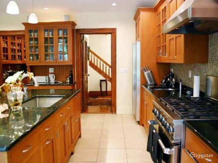 Classic NY brownstone: Location 4122 Photo 5