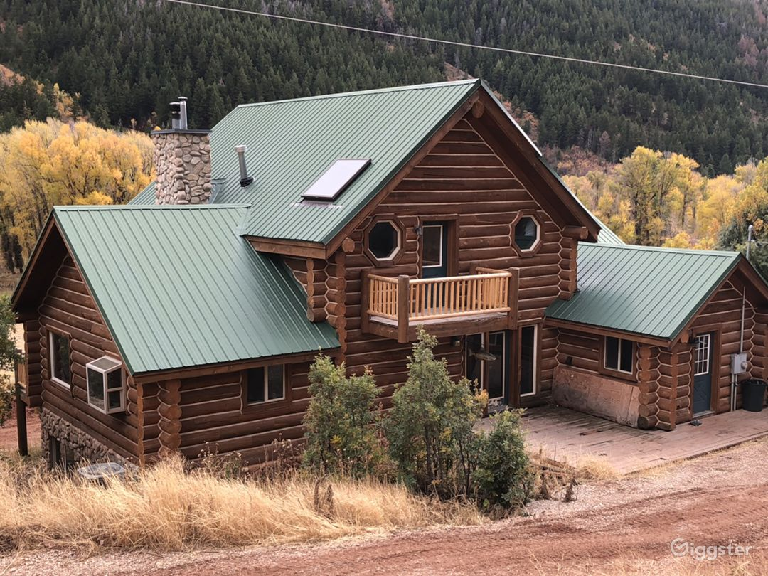 Rustic log cabin. Photo 1