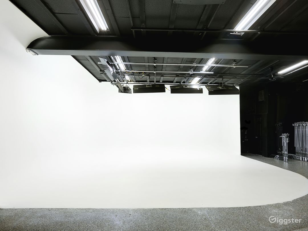 2-Wall Cyc: Otherwise known as your blank canvas—so dress it up, get creative with lighting, or leverage that infinite white background. Anything you could want to do with a 24' x 24' x 11.6' cyc wall, we can make it happen.