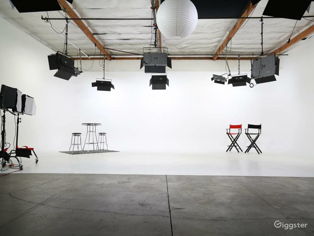 Amazing Fully Lit White Cyc Studio Photo 1