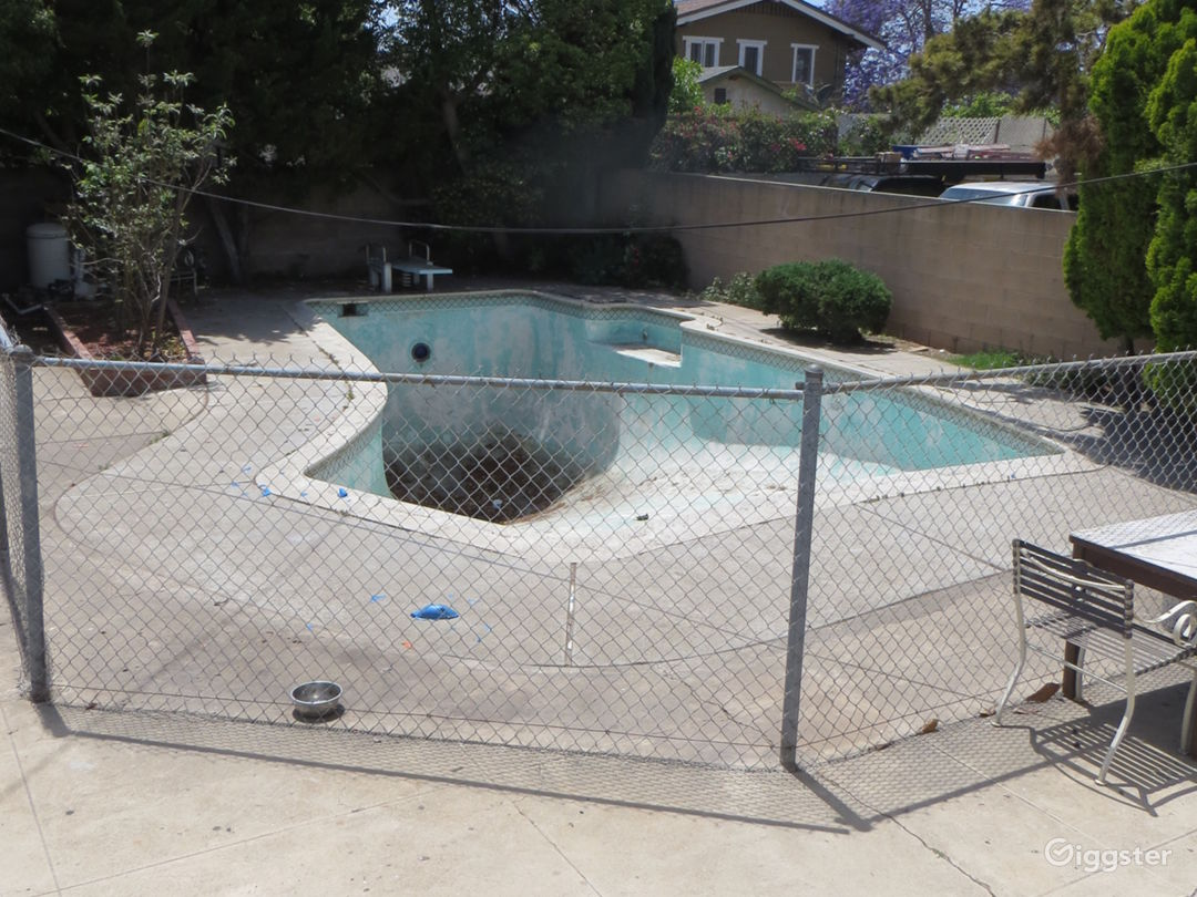 Empty swimming pool in Mid City Los Angeles Photo 2