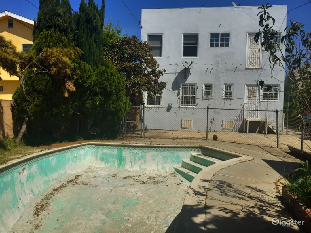 Empty swimming pool in Mid City Los Angeles Photo 1