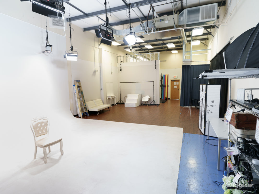 Photo and Video studio with lights and cyc wall Photo 1