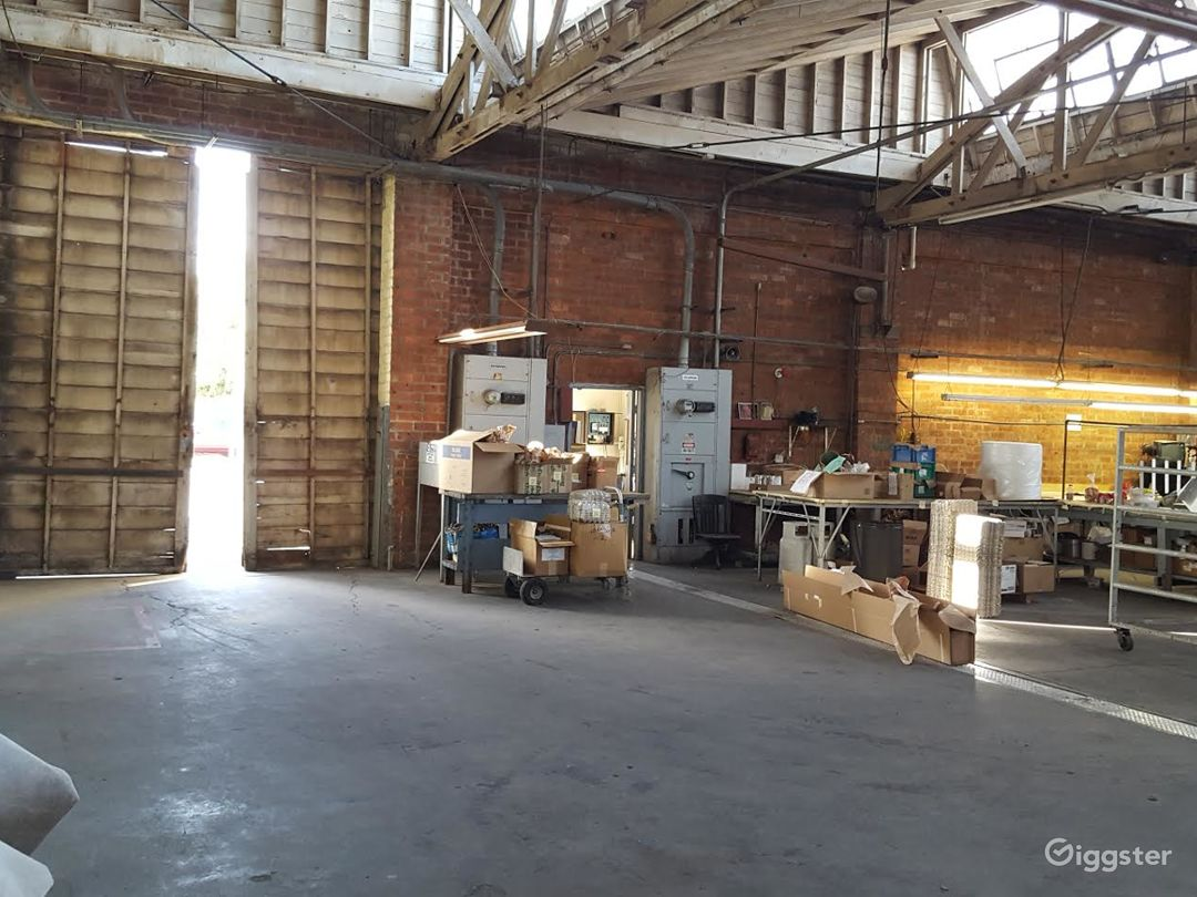 Spacious Warehouse/office/ and private parking. Photo 2