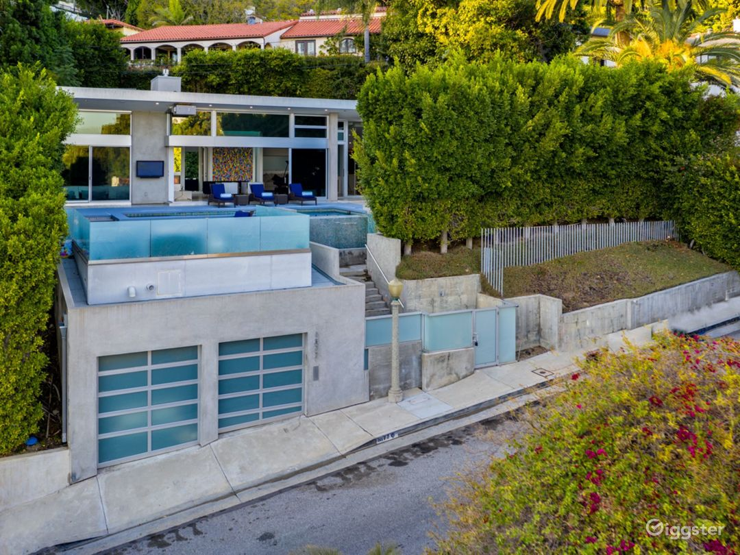 Modern Luxury W Pool, Waterfall Steps, Large Table Photo 3