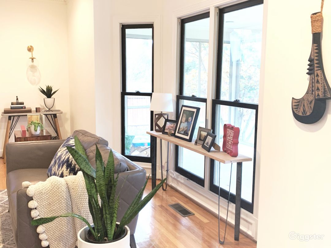 Light, bright home with warm accents  Photo 2