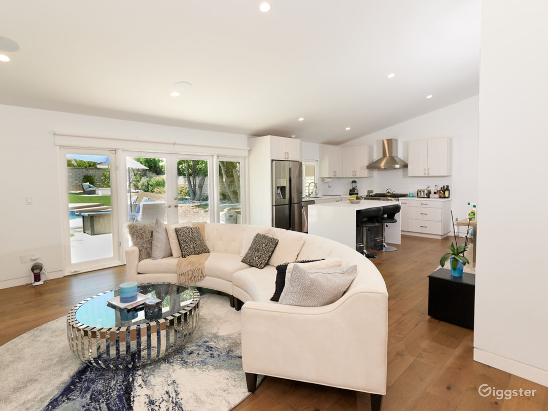 Stunning 4 bedroom modern open spaced pool home  Photo 1