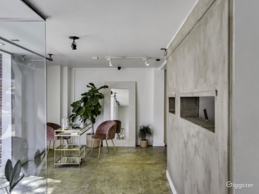 Minimal Ground Floor Boutique or Gallery Photo 1