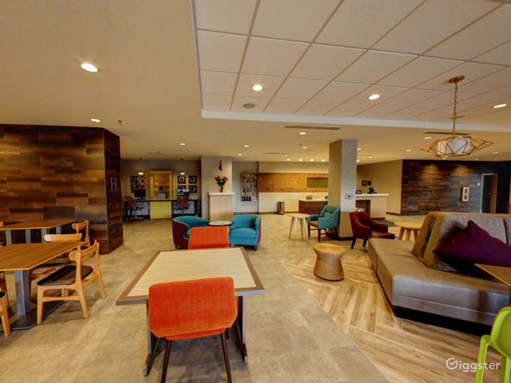 Modern Lounge Situated in the Middle of the Doral Photo 4