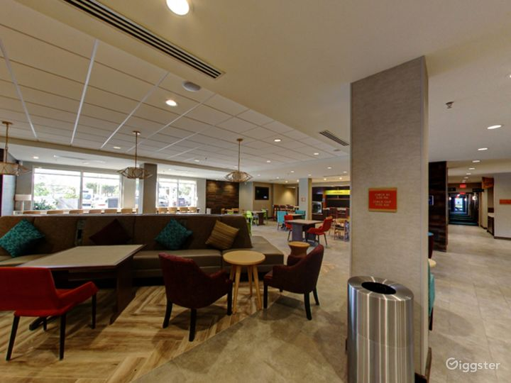 Modern Lounge Situated in the Middle of the Doral Photo 2