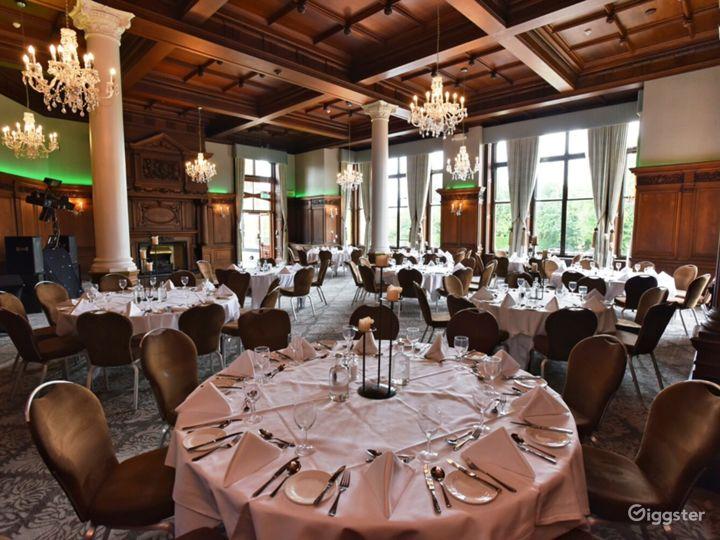 Impressive Oak Room in York Photo 3