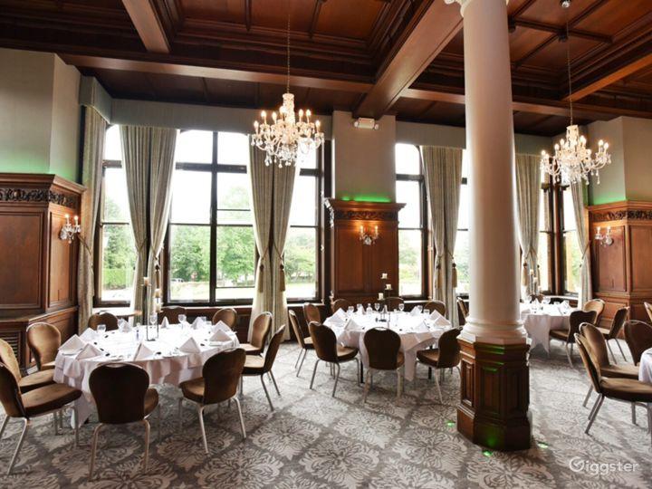 Impressive Oak Room in York Photo 2