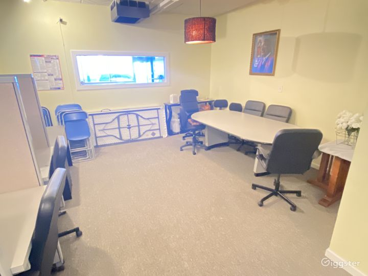 Conference room ideal for trainings, meeting and small gatherings.