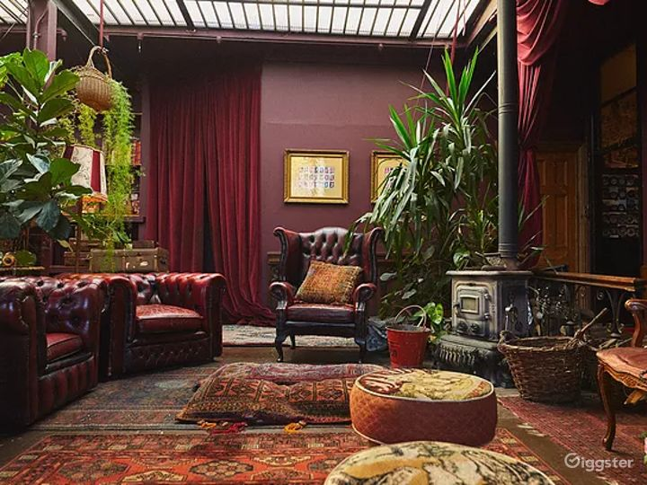 Spacious Space with Antique Furnishings in London Photo 3