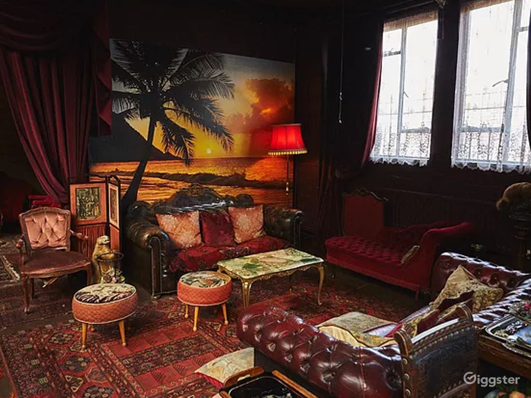 Spacious Space with Antique Furnishings in London Photo 1