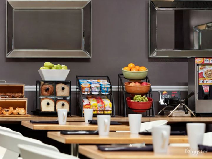 A Modern Hotel Dining Space in Sunnyvale Photo 2