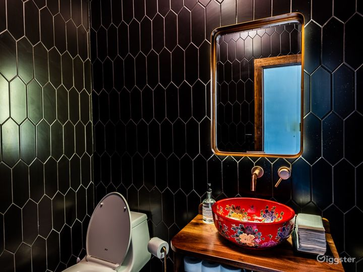 Glowing + Intimate Hong Kong Restaurant in Washington Photo 4