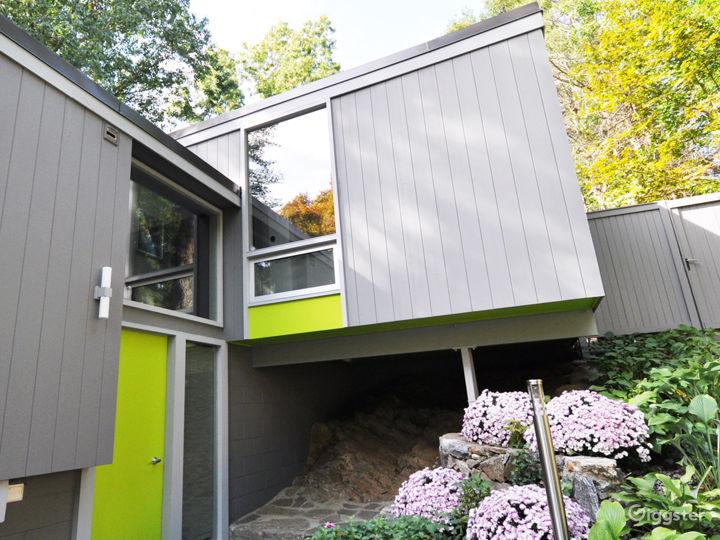 Modern Home with Yoga Studio and Wine Cellar Photo 2