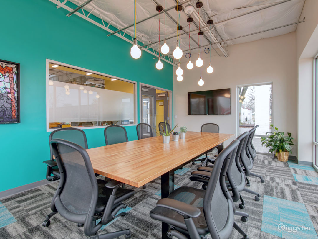 10 Person Equipped Private Meeting Room Photo 1