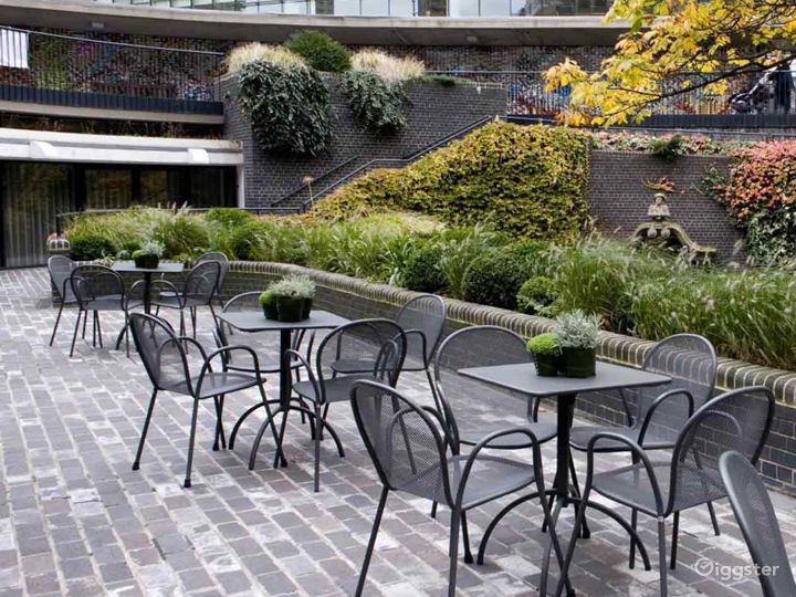 Charming Terrace Gallery inside the Museum in London Photo 4
