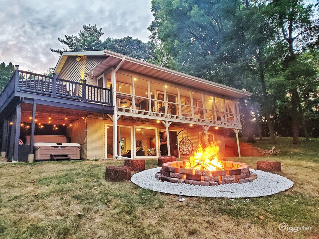 Luxury WATERFRONT CABIN with large yard Photo 1