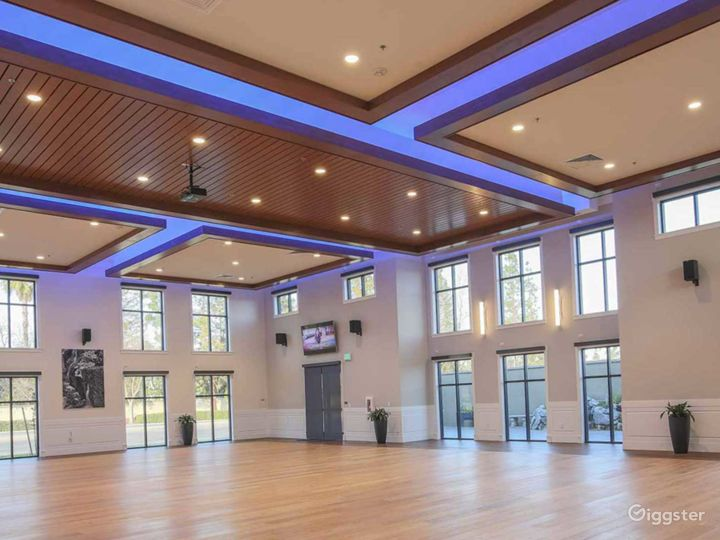 Amazing Hall with White Wall Accent and 20′ ceilings Photo 2