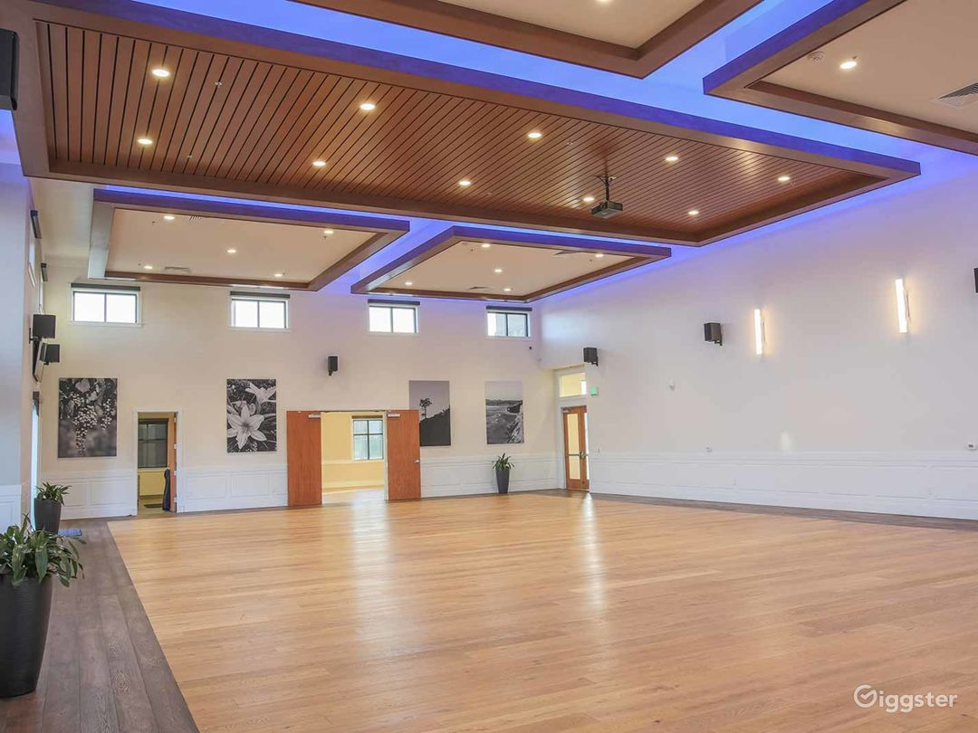 Amazing Hall with White Wall Accent and 20′ ceilings Photo 1
