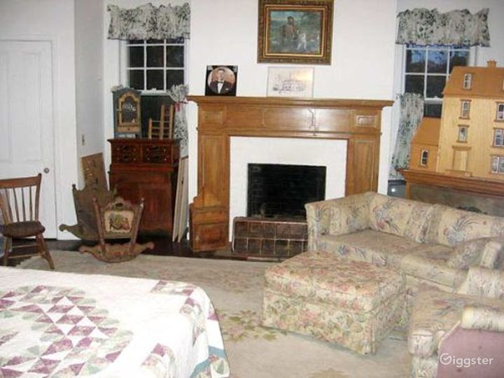 Large traditional suburban home: Location 1699 Photo 3