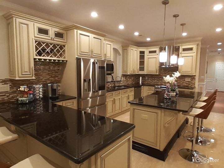 BEAUTIFUL GOURMET           KITCHEN WITH         STAINLESS STEEL           APPLICANCES