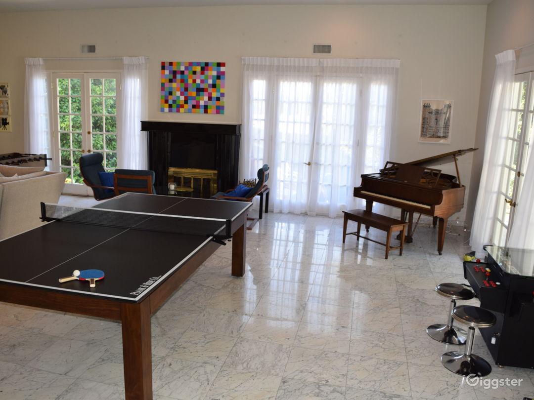 Huge Entertainer's Living Room + Outdoor Pool Area Photo 4