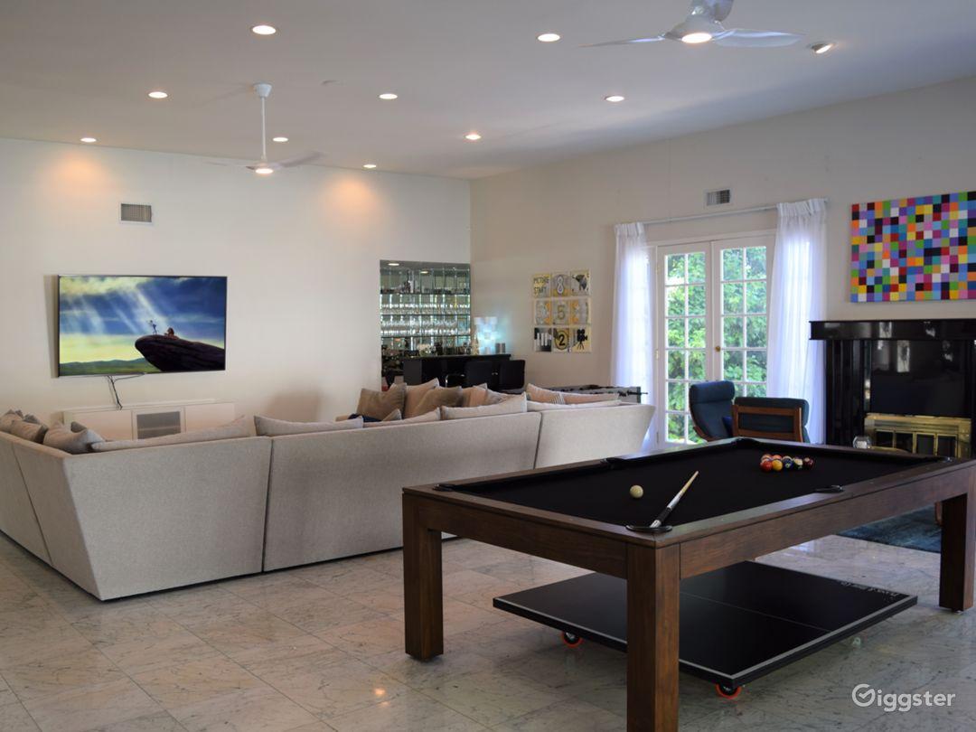 Huge Entertainer's Living Room + Outdoor Pool Area Photo 3