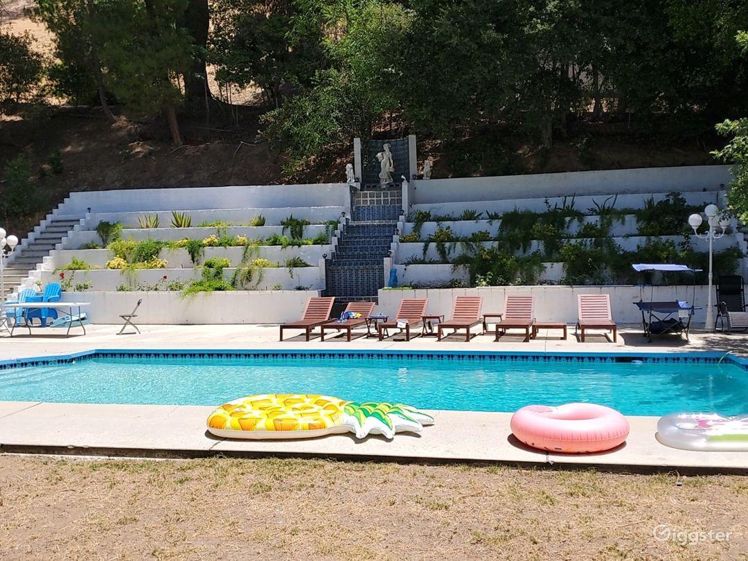 Huge Entertainer's Living Room + Outdoor Pool Area Photo 5