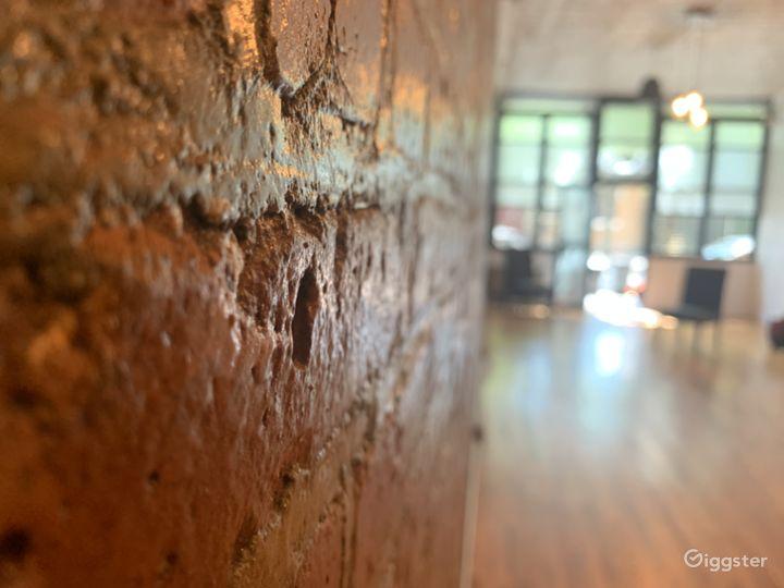 Beautiful exposed brick, Main room