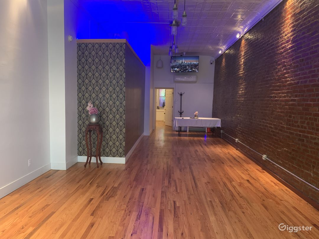 The main room is a 550 sqft room with 12.5 ft high ceilings.
