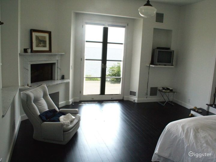 Large waterfront Hamptons home: Location 2592 Photo 4