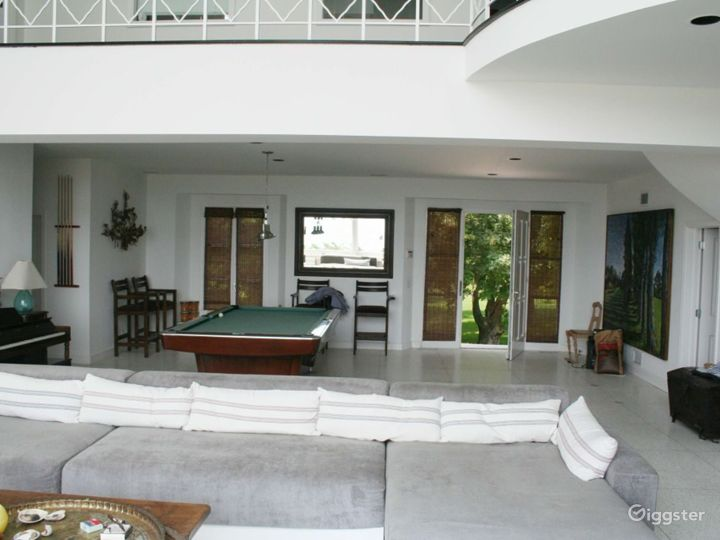 Large waterfront Hamptons home: Location 2592 Photo 3