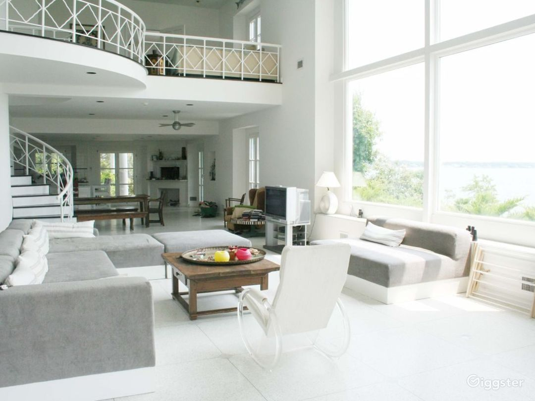 Large waterfront Hamptons home: Location 2592 Photo 1
