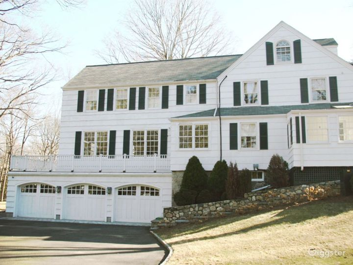 Large contemporary/traditional home: Location 4178 Photo 2