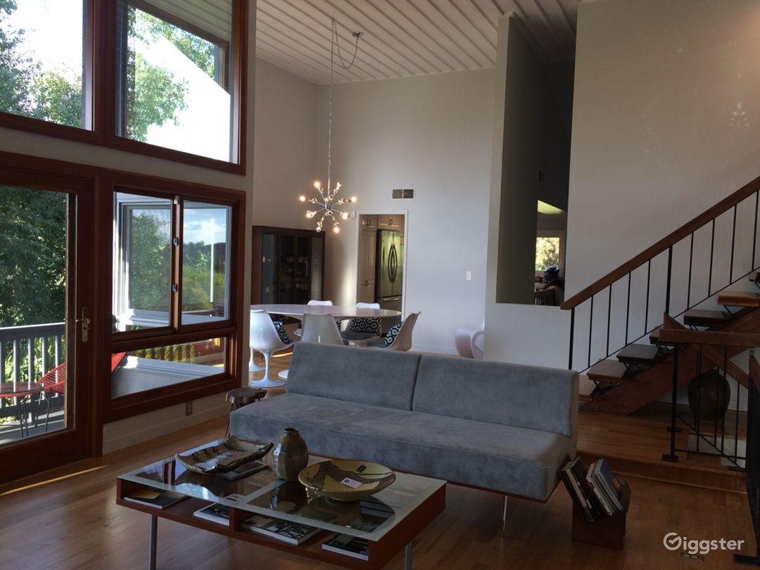 Mid-Century modern light filled hip staged space Photo 2