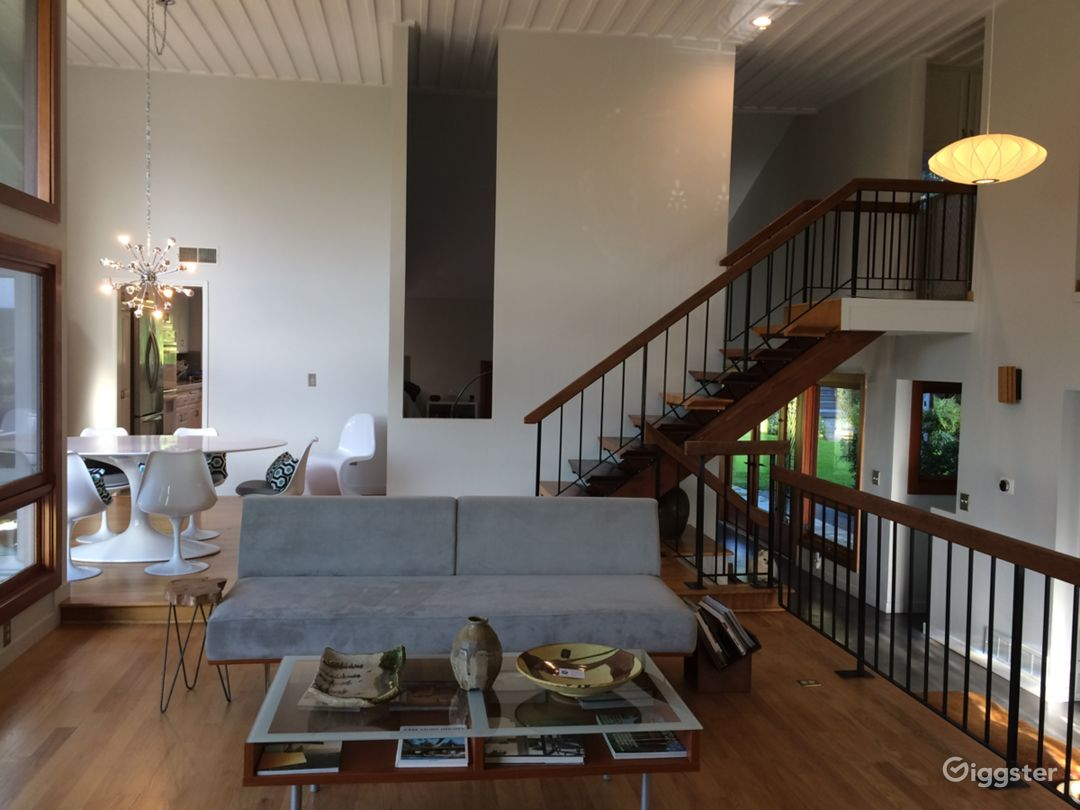 Mid-Century modern light filled hip staged space Photo 3