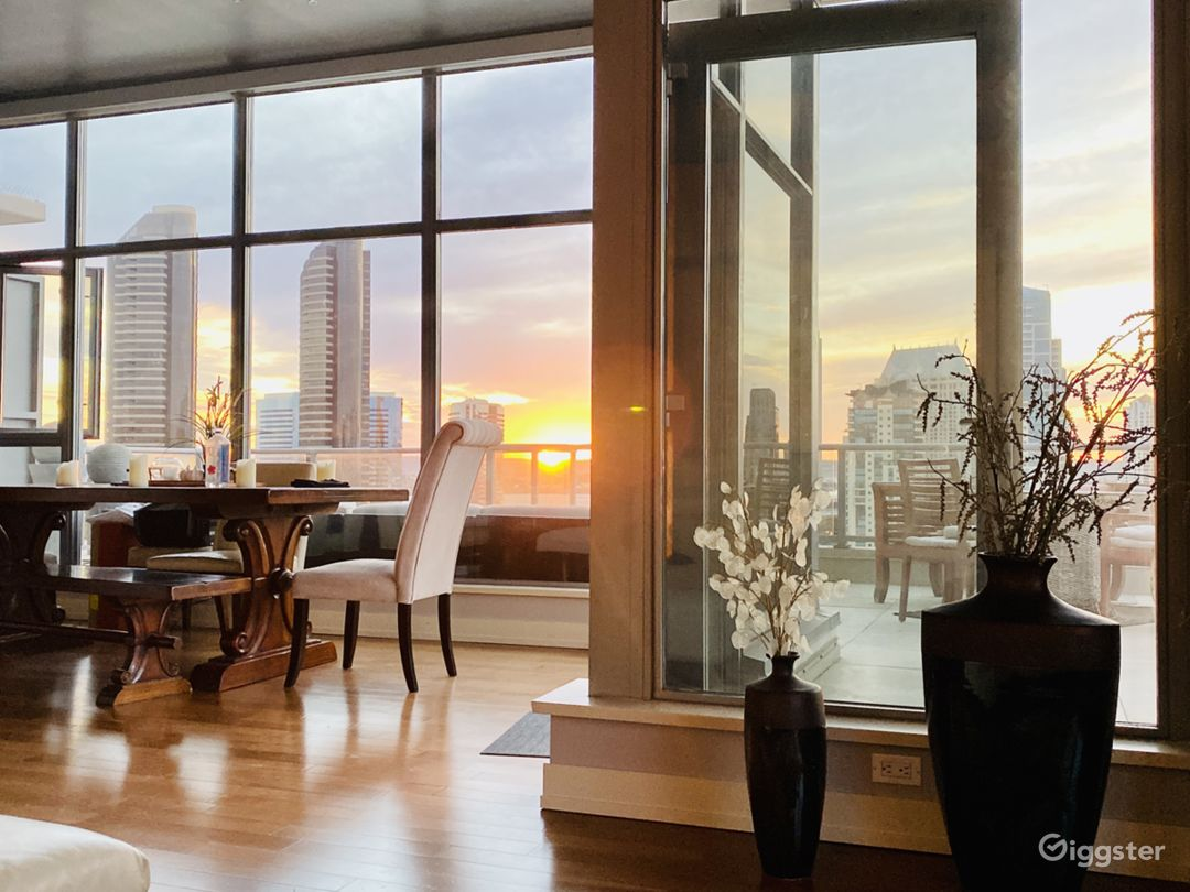 Luxury Skyrise Penthouse LRG Balcony w/VIEWS Photo 1