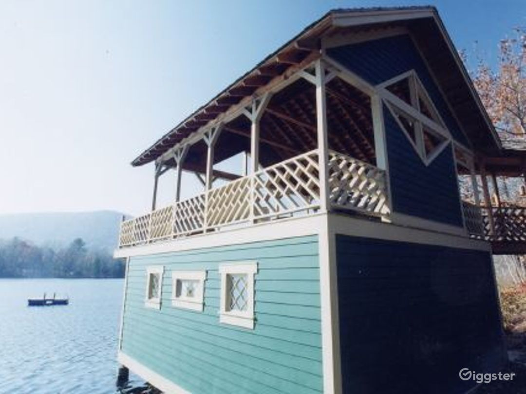 Lake house with boat house: Location 3333 Photo 1