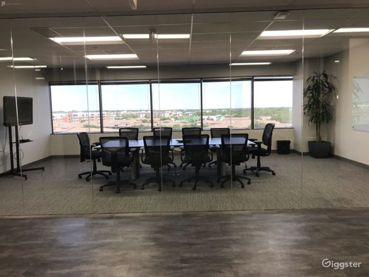 Spacious Bright Conference Room in Dallas Photo 4